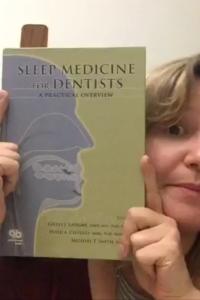 Mais um da categoria livro quase desmanchando de tanto que leio! É um livro ótimo, básico e objetivo sobre um dos meus assuntos favoritos! Também tenho o ótimo livro Odontologia na Medicina do Sono da professora Cibele Dal Fabbro, mas estava no consultório e não mostrei. Fica a dica!